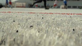 شاهد: ملعب كرة قدم مصنوع من أكواب الجعة البلاستيكية في روسيا