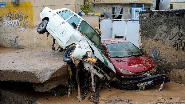 سيارات مدمرة بسبب الفيضانات في إيران