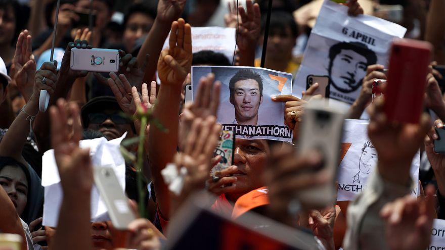 لافتة تحمل صورة تاناتورن جوانغرونغروانغكيت في مظاهرة لمناصريه