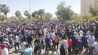 شاهد: مظاهرات أمام مقر الجيش السوداني