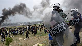 شاهد: شرطة اليونان تشتبك مع مهاجرين حاولوا الوصول لطريق يؤدي إلى الحدود