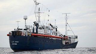 A tengeren vesztegel egy migránsokat szállító hajó