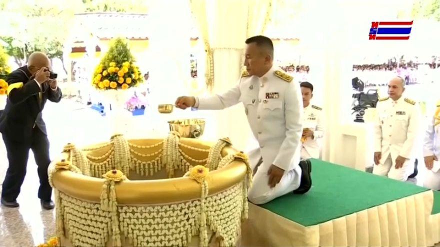 شاهد: تايلاند تجمع المياه المقدسة لتتويج الملك