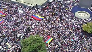 شاهد: غوايدو يحشد مؤيديه في كاراكاس ومادورو يطلب المساعدة