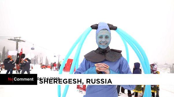 Russie : ils dévalent les pistes en costume de carnaval!
