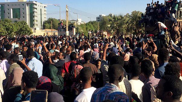 Sudan'da El Beşir'in yerleşkesi önündeki gösteriler binlerce kişiyle ikinci gününde de devam etti