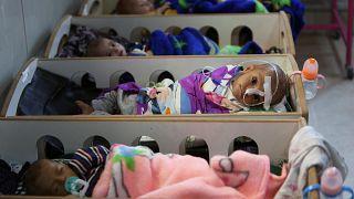 شاهد: أطفال داعش يتضورون جوعا ونسائهم جريحات بمستشفيات سورية