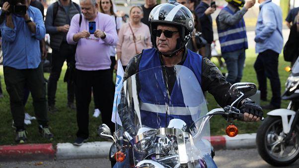 """بيني غانتس، رئيس تحالف """"أزرق - أبيض"""" على دراجة نارية في تل أبيب"""