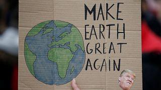 """""""Tegyük újra naggyá a Földet"""" - Trump szlogenje átírva Nantes-ban"""