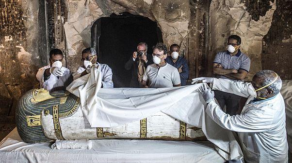 Mısır'da ilk kez canlı yayında açılan mumya lahitinden altın ve değerli eşyalar çıktı
