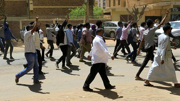 3. Tag der Proteste: Tränengaseinsatz in Khartum