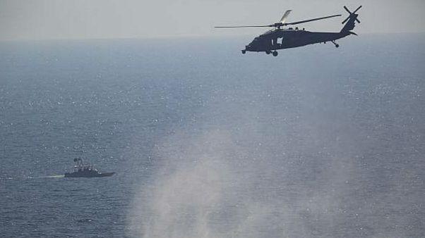 پرواز هلیکوپتر آمریکایی در نزدیکی یک قایق تندروی سپاه در خلیج فارس