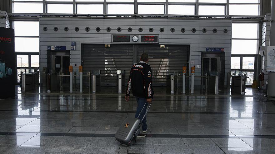 Η γερμανική αστυνομία μπλόκαρε 6,500 πρόσφυγες στα ελληνικά αεροδρόμια