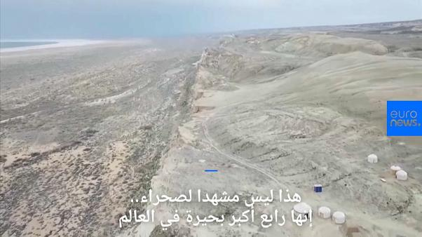 شاهد: رابع أكبر بحيرة في العالم تجف وتتحول إلى منطقة جبلية