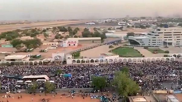 Szudán: Fordulat a tüntetéseken, összecsaptak a belbiztonságiak a katonákkal