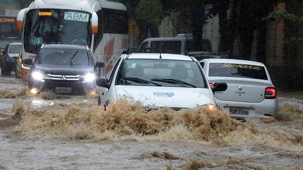 شاهد: هطول أمطار غزيرة على غير العادة في ريو دي جانيرو