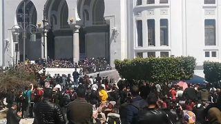 الجزائر: الشارع يقول لا لبن صالح والأمن يرد بخراطيم الماء وصفاراتٍ تصمّ الآذان