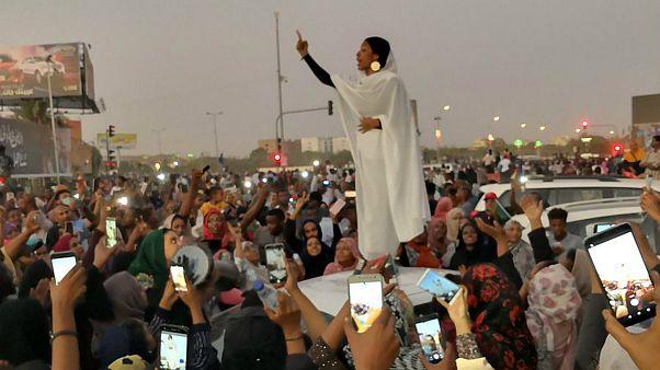 زن معترض سودانی که به نماد اعتراضات تبدیل شد