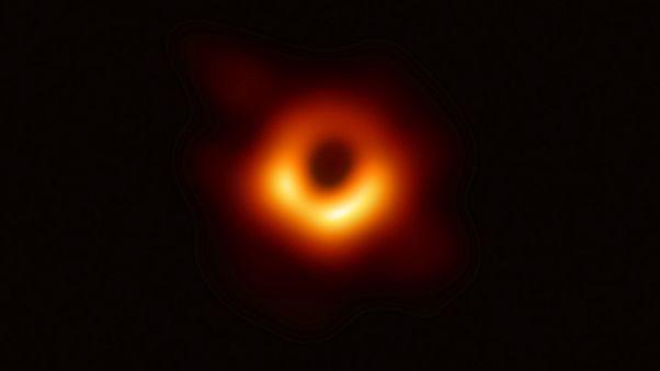 Primeira foto de um buraco negro confirma Einstein