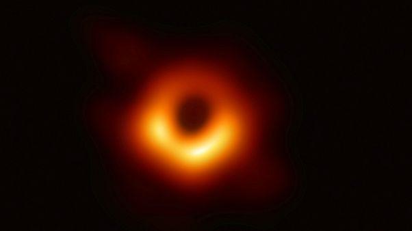 نخستین عکس یک سیاهچاله نمایش داده شد