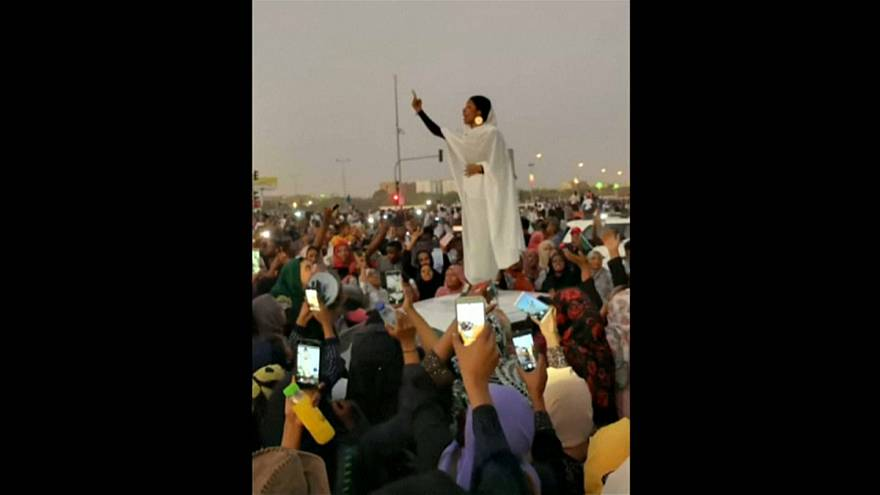 """""""صوت المرأة .. ثورة"""" .. النساء يُلهبْن ميادين السودان والجزائر"""