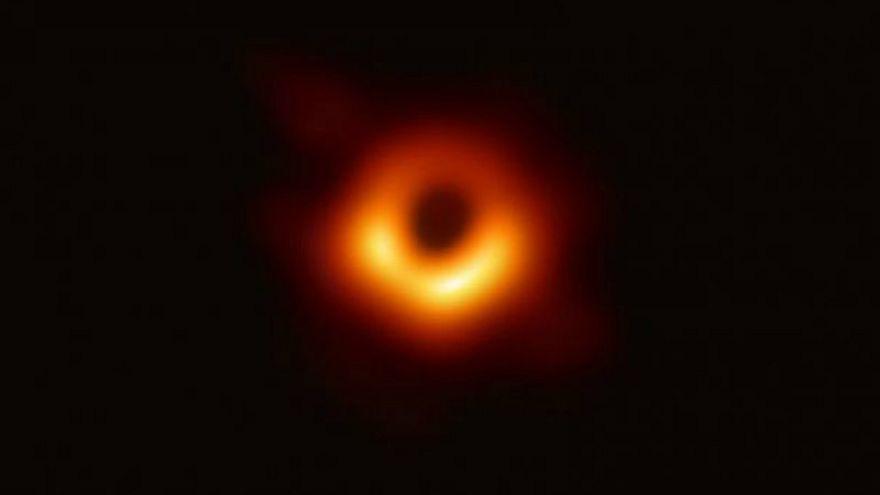 Revelan las primeras imágenes de un agujero negro