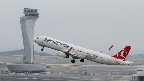 طائرة تابعة للخطوط الجوية التركية تقلع من مطار اسطنبول الجديد في اسطنبول