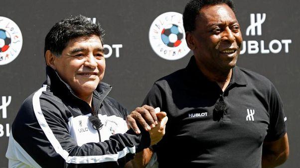 """Maradona a Pelè: """"Auguri di pronta guarigione"""""""
