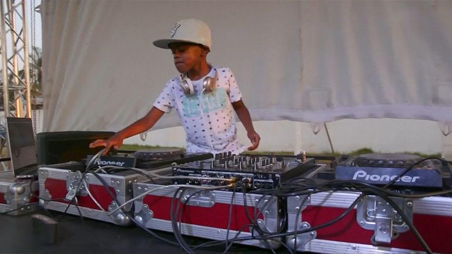 Le plus jeune DJ du monde captive les foules en Afrique du Sud