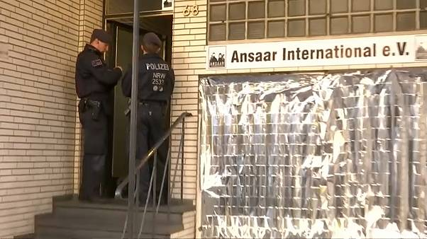 عنصران من الشرطة الألمانية أمام مقر منظمة أنصار الدولية