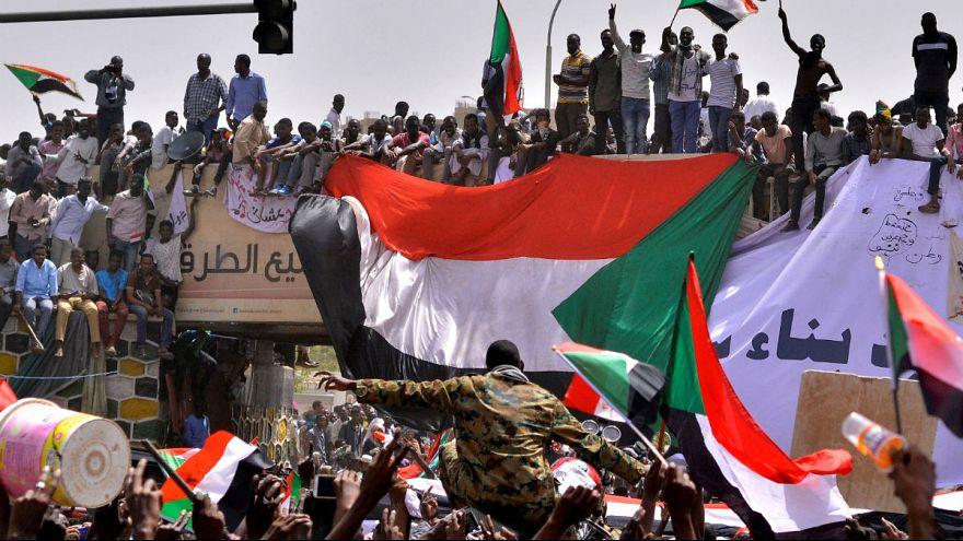 حکومت عمر البشیر سقوط کرد؛ اعلام مقرارت منع آمد و شد از سوی ارتش سودان
