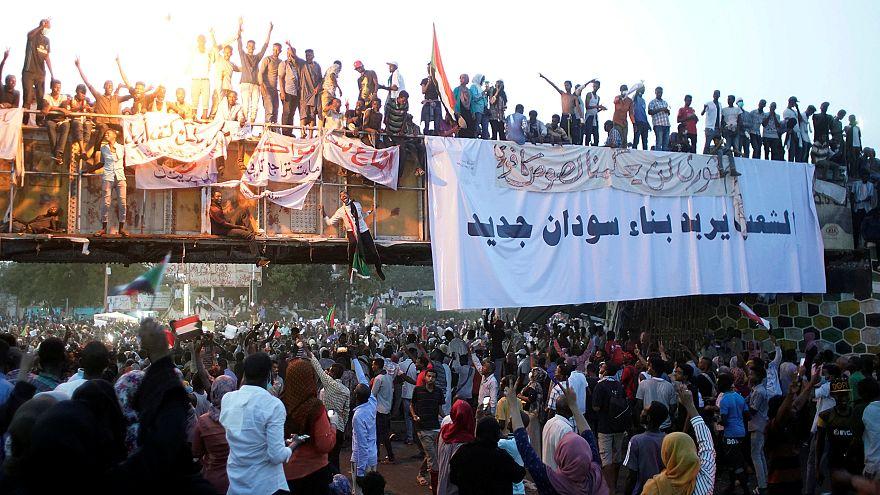 أنباء عن اعتقالات في صفوف الحزب الحاكم في السودان وحصار القصر الرئاسي