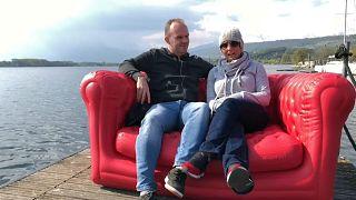 Sara y Simon en el sofá de euronews