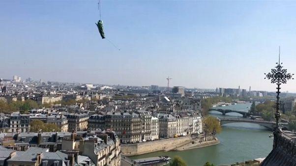 Les statues de Notre-Dame s'envolent au-dessus de la capitale