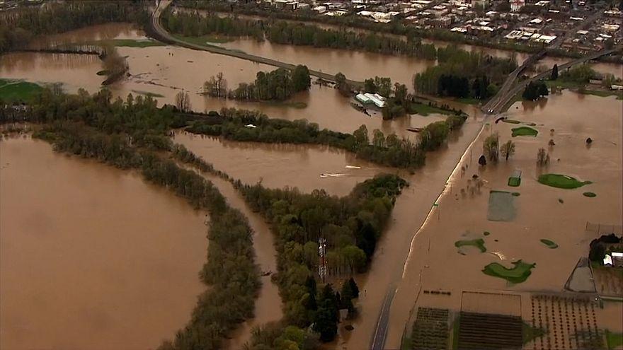 """شاهد: أمطارٌ غزيرة في أريغون الأمريكية تمكّنُ القواربَ من """"الإبحار"""" على الطرقات"""