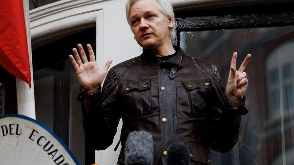 Assange detenido por la Policía británica