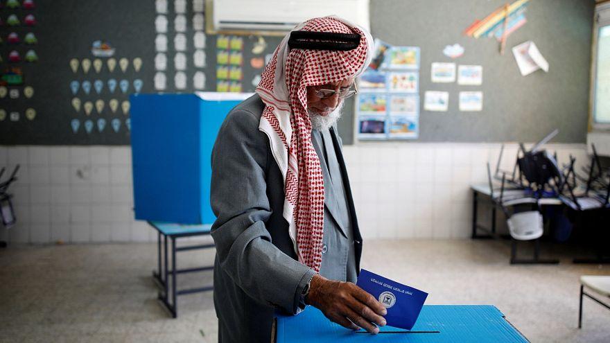 عربي يدلي بصوته في الانتخابات البرلمانية الإسرائيلية