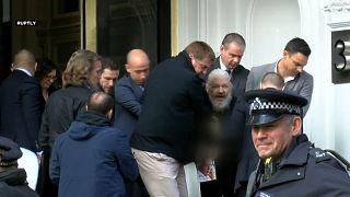 Julian Assange retirado da embaixada do Equador e detido em Londres