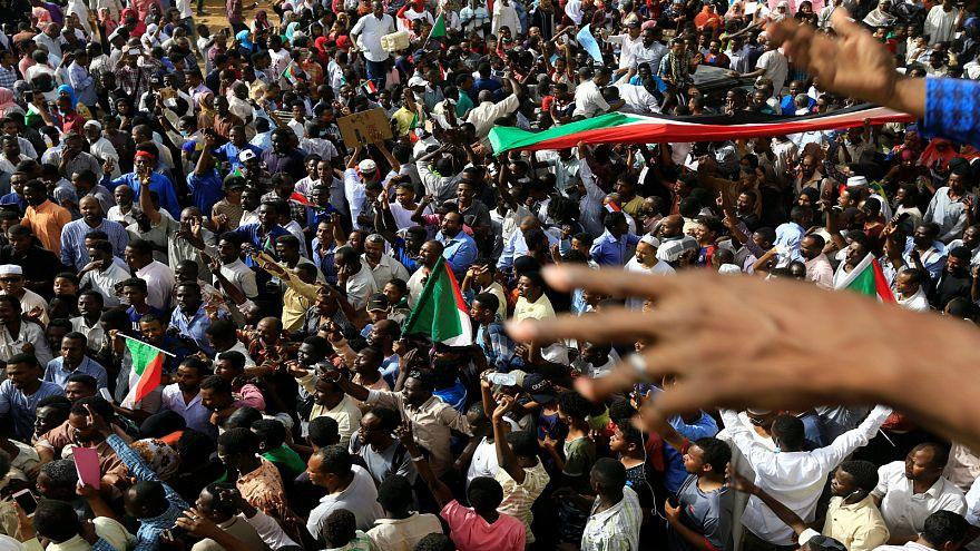 """احتفالات عارمة في السودان ابتهاجاً بـ""""تنحي"""" البشير وأنباء عن إطلاق سراح المعتقلين"""