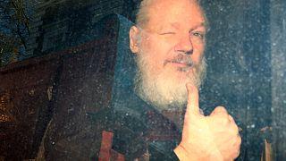 Assange, İngiltere'de kefalet kurallarını ihlal ettiği gerekçesiyle tutuklandı