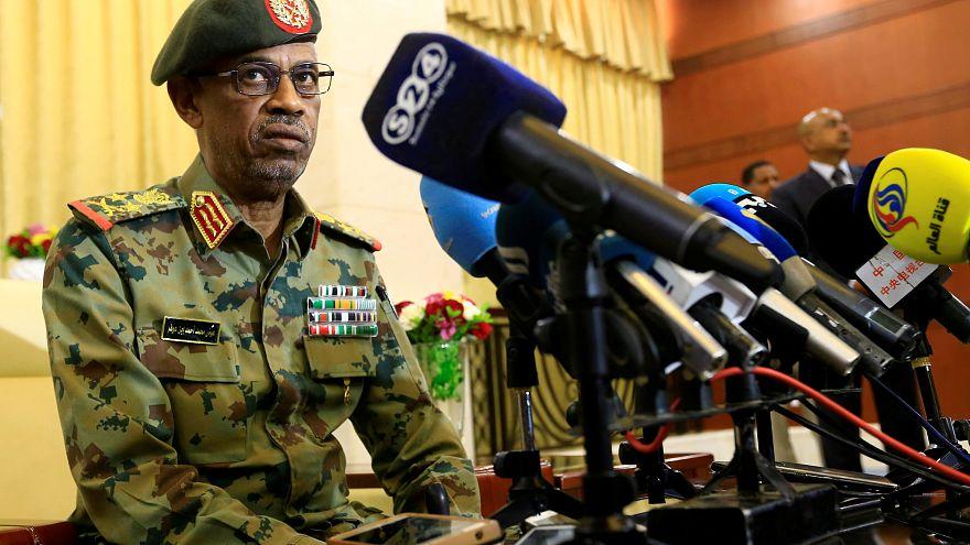 الفريق عوض بن عوف وزير الدفاع ورئيس المجلس العسكري الانتقالي في السودان
