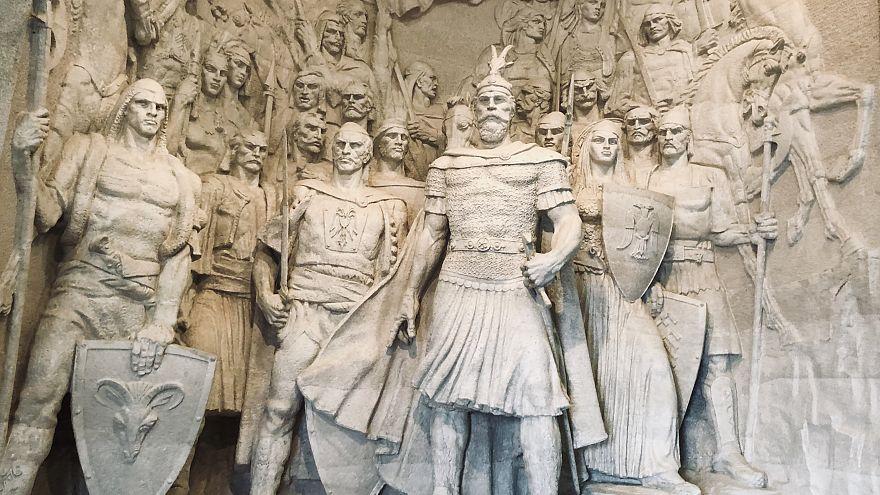 Arnavutların tarihte kahraman olarak gördüğü İskender Bey (ortada), Kruja