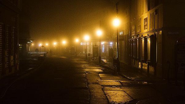 البيرو: فيديو مؤثر لطفل يراجع دروسه تحت ضوء الشارع يحرك عمدة مدينته