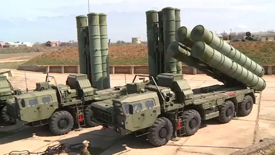 """شاهد: روسيا تنشر منظومة """"إس-400"""" خلال مناورة عسكرية في القرم"""