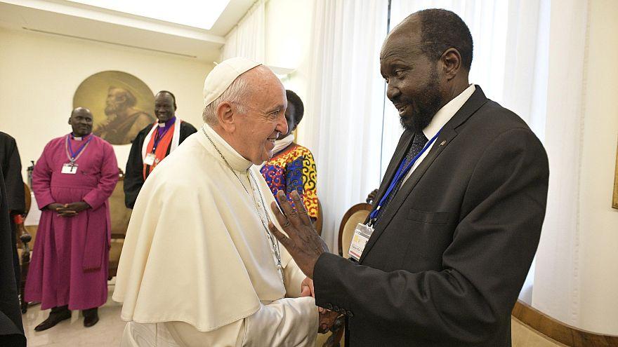 Papa Francis barış için Güney Sudanlı liderlerin ayağını öptü