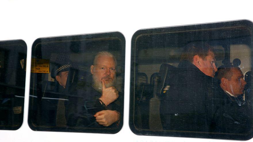 أسانج في قبضة الشرطة البريطانية