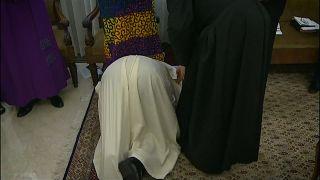 El Papa exige la paz besando los pies de los líderes de Sudán del Sur