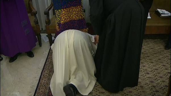 Pope Francis kisses feet of South Sudan leaders in bid for peace