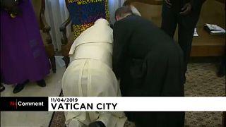 Lábat csókolt a pápa a békéért