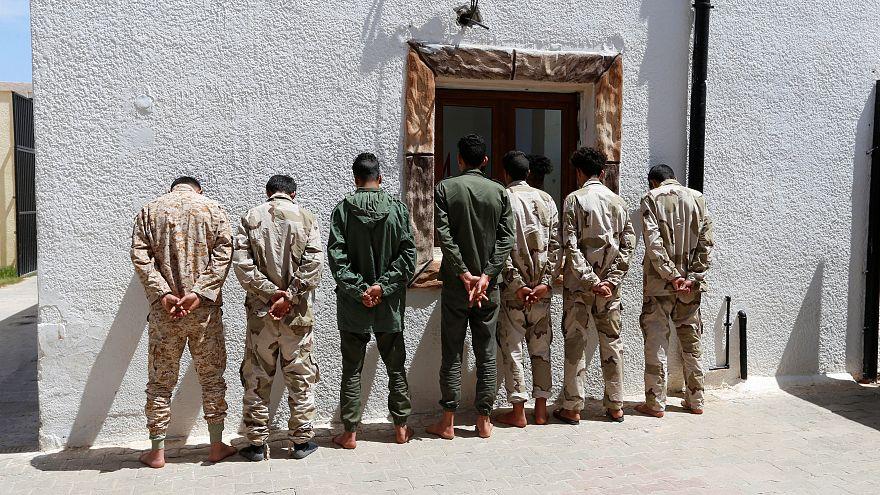 جنود من قوات شرق ليبيا بعد أسرهم في عين زارة الليبية